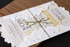 Convite de casamento impresso em papel especial. Envelope em papel que simula renda, envolvido com fio de ouro.