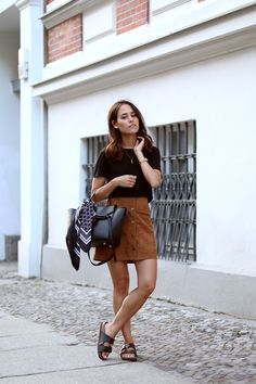 Nisi is wearing: A-line suede skirt form New Look, Céline Belt Bag with Gina Tricot Foulard, T-Shirt from Topshop, Birkenstock Sandals and Céline Sunnies