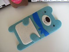 Bear with scarf felt case Felt Phone Cases, Felt Case, Iphone Cases, Felt Diy, Handmade Felt, Felt Crafts, Font Art, Ipod Classic, Tablets