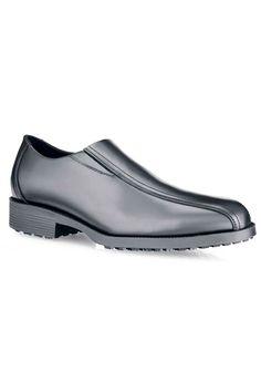 Este zapato tipo mocasín de la reconocida marca Shoes For Crews está hecho de piel genuina de alta calidad. Su interior es de cuero con forro acolchado antibacteriano y su exterior también es de cuero. Es resistente al agua y a los aceites. La suela de goma antideslizante y antiestática SFC-5 proporciona máxima tracción y durabilidad, además de absorber los golpes. #MasUniformes #RopaLaboral #UniformesDeTrabajo #VestuarioOnline #Zapatos #CalzadoLaboral