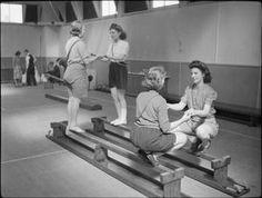 FACTORY WELFARE WORK: WELFARE AT PILKINGTON'S GLASS FACTORY, ST HELENS, LANCASHIRE, ENGLAND, UK, 1944