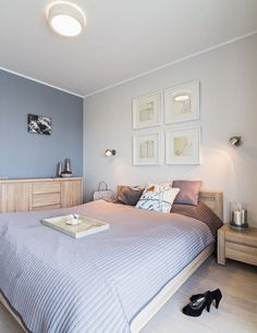 blaugraue Wandfarbe und Schlafzimmermöbel aus hellem Holz