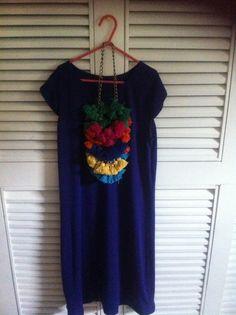 Proyecto Wayúu vestido algodón en color morado y collar de bellotas multicolor