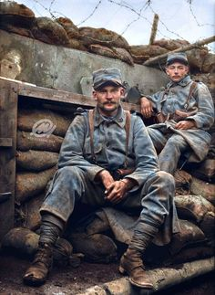 French troops in a captured German trench during the Battle of the Somme, July 1916 (colourized photograph) Ww1 History, Military History, Colorized History, World War One, First World, Schlacht An Der Somme, Ww1 Battles, Ww1 Photos, Ww1 Soldiers