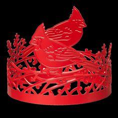 Ramenez la nature chez vous ce Noël avec cet élégant habillage de bougie en métal d'un rouge vif et festif. Des oiseaux cardinaux découpés se tiennent sur des branches dans un motif qui enveloppe parfaitement votre bougie en pot parfumée à 3 mèches. Utilisez-le seul ou avec un support à pot ou un piédestal. Support, Decoration, Branches, Jewelry, Cardinal Birds, Scented Candles, Envelope, Corning Glass, Decor