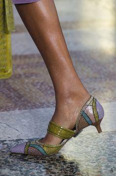Bottega Veneta at Milan Fashion Week Spring 2018 - Details Runway Photos Gold High Heel Sandals, Stiletto Heels, Bohemian Sandals, Chelsea Ankle Boots, Pretty Shoes, Fashion Heels, Bottega Veneta, Giuseppe Zanotti Heels, Summer Shoes