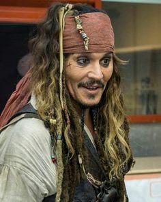 He's sooooo hot Jack Sparrow Cosplay, Jack Sparrow Costume, Captain Jack Sparrow, Johnny Depp Characters, Pirate Woman, Pirate Life, Jonny Deep, Pirate Wedding, Rory Williams