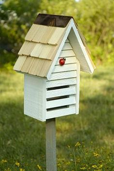 Ladybug house diy - House and home design Outdoor Projects, Garden Projects, Ladybug House, Bird House Feeder, Bug Hotel, Garden Bugs, Garden Animals, Butterfly House, Water Features In The Garden