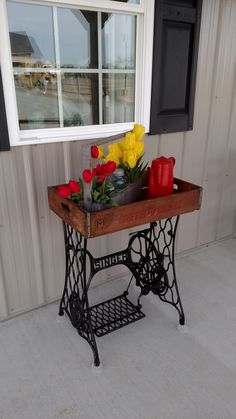 Base Table I made from Singer sewing machine base and an old crate. Crate can be lifted up and used as tray. Old Sewing Machine Table, Sewing Machine Drawers, Treadle Sewing Machines, Antique Sewing Machines, Singer Table, Singer Sewing Tables, Furniture Makeover, Diy Furniture, Old Crates