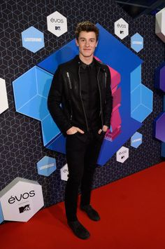 Shawn Mendes on the red carpet at the 2016 MTV Europe Music Awards.