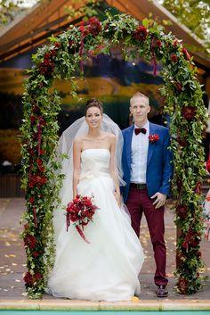 Арка из зелени и цветов винного оттенка. Букет невесты с амарантусами и пионами цвета Марсала