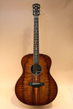 Taylor K28e First Edition (2013) : First edition of new model. AA-grade Koa top, AA-grade Koa back & sides.