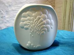 White Matte Bisque Porcelain Vase – 1960s vintage Op Art – Relief Décor – German AK Kaiser # 671 – Mid Century Design by M. Frey von…