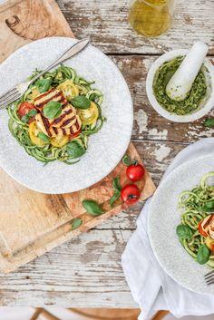 Cuketové špagety s avokádovým pestom a syrom halloumi