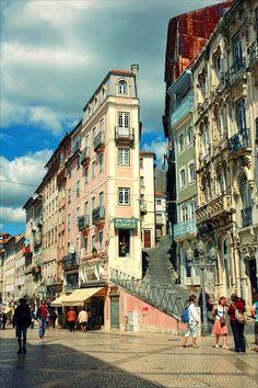 Coimbra is de oudste universiteitstad van Portugal, gelegen aan de rivier Mondego. Het is een vriendelijke stad met veel smalle keienstraatjes. In de oude binnenstad van Coimbra staat de universiteit van Coimbra uit de 12de eeuw. Coimbra wordt beschouwd als het intellectuele centrum van Portugal. Vlakbij Coimbra, in Conimbriga, liggen de oudste Romeinse opgravingen van Portugal, uit de 9de eeuw voor Christus.