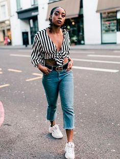 Everything a Stylish Woman Can Do with the Basics - Fashion Teenage Look Camisa Jeans, Mom Jeans Outfit, Sneakers Street Style, Looks Street Style, Summer Jeans, Best Jeans, Outfit Goals, Fashion Outfits, Womens Fashion