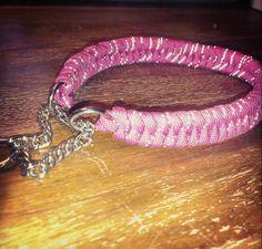 Gjorde ett hundhalsband till Johans systers valp Mist. Det är ett rosa paracord med reflex, så hon kommer synas när de är ute och går i mör...