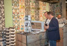 """L'allestimento di NLXL all'interno del Javits Convention Center. I cubi dove poter consultare i cataloghi delle collezioni sono rivestiti dal loro wallpaper """"Scrapwood Wallpaper"""" di Piet Hein Eek, che vinse lo stesso ICFF Editors Award nel 2012. Evidentemente deve aver portato fortuna!"""