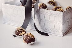 Cukrfree Ferrero Rocher je ten typ cukr(free)oví, který nevyndaváte na stůl když přijde návštěva, naopak si ho schováváte v lednici a tajně ujídáte, když nikdo není doma. Je to prostě něco, o co se rozhodně nebudete chtít dělit.