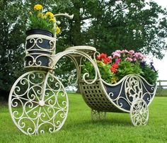 27 Fun and Whimsical Bicycle Planters for your Garden and Yard Don't throw out that old bicycle! These bicycle planters are fun easy to put together and so whimsical looking. They are perfect for cottage gardens. Iron Furniture, Garden Furniture, Beautiful Gardens, Beautiful Flowers, Flower Stands, Eco Friendly House, Garden Planters, Tire Garden, Yard Art