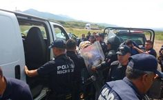 """Detienen a 38 normalistas tras """"choque"""" con policías en Michoacán"""