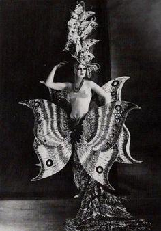 amoelbarroco:    Folies Bergére, 1909  Via