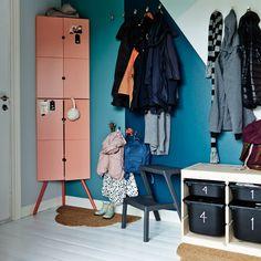 IKEA MÄSTERBY Tritthocker in Grau direkt neben einer Garderobe für Kinder
