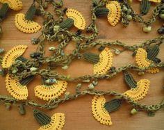 ganchillo collar de flores lazo, amarillo y verde, clavel
