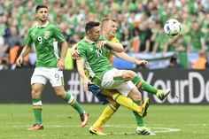 Sweden's midfielder Sebastian Larsson (R) vies for the ball with Ireland's forward Robbie Keane during the Euro 2016 group E football match between Ireland and Sweden at the Stade de France stadium in Saint-Denis, near Paris, on June 13, 2016. / AFP / JONATHAN NACKSTRAND