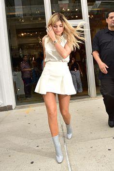 """Il dettaglio da non perdersi in questa foto sono gli stivali e su Instagram Kylie Jenner ha messo una didascalia chiara: """"Dior Whore"""" (tradotto: una p**** di Dior). L'ha scritto lei. 13 settembre 2015.  -cosmopolitan.it"""