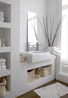 Los baños en color blanco son muy comunes en las viviendas modernas, pues representan limpieza e iluminan más el espacio. Un baño moderno se caracteriza por sus líneas rectas, superficies lisas y …