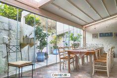 Un piccolo giardino d'inverno creato all'interno di un cortile... un posto carino per pranzare o cenare.