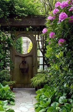Mooi pad door de tuin.         Oud tuinpad.       Cottage stijl       Oowww, wowww!           Wat een huiselijke veranda       Zo'n mooie ...
