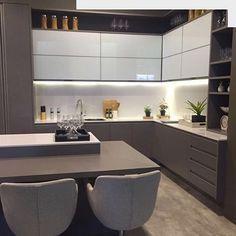 Cozinha em tons de fendi e Branco, com portas de vidro na parte superior. Projeto: Arquitetura de coração