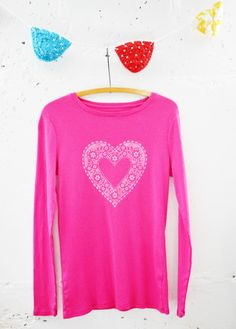 Valentine Doily T-shirt DIY. Use a paper doily to make a sweet Valentine t-shirt. Valentine T Shirts, Valentines Outfits, Valentine Crafts, Valentine Activities, Valentine Ideas, Kid Activities, Shirt Refashion, T Shirt Diy, Tee Shirts