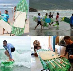 Esta es una de las ideas de reciclaje más sorprendentes que he visto, alguna vez ya había visto alguna foto pero no había encontrado nada de información. Tablas de surf hechas con envases PET...