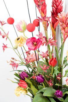 Vaas met zijde bloemen in verschillende kleuren