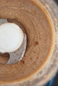 beurre de noix de pécan dans un robot culinaire
