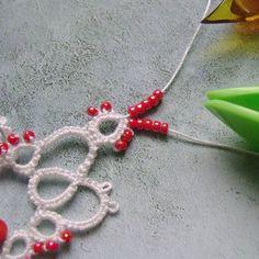 Yarnplayer's Tatting Blog: Strung beads between split rings