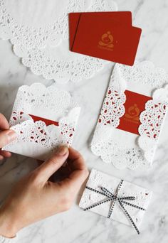 Wrapping Gifts 293085888243402968 - How to wrap gift cards with paper doilies and ribbon Source by marieroumegoux Paper Doily Crafts, Doilies Crafts, Paper Doilies, Paper Crafting, Paper Napkins, Diy Y Manualidades, Gift Packaging, Pretty Packaging, Creative Gifts