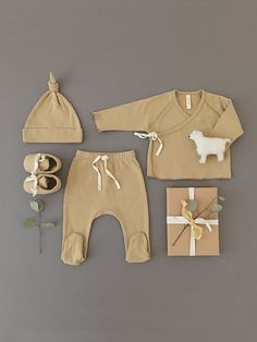 The cutest and softest little set from Californian luxury baby basics brand Quincy Mae Included in the set: Kimono Top and Footed pant Ideal first outfit, and perfect to mix-match with anything Made from organic brushed jersey cotton Colour: Honey Baby Outfits, Newborn Outfits, Kids Outfits, Organic Baby Clothes, Cute Baby Clothes, Set Honey, Baby Kimono, Take Home Outfit, Baby Booties