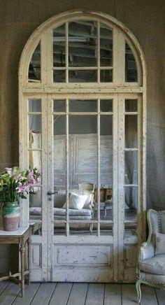 mirror behind repurposed old door with windows Shabby Chic Zimmer, Vintage Doors, Antique Doors, Vintage Windows, Vintage Diy, Shabby Vintage, English House, Transitional House, Old Doors