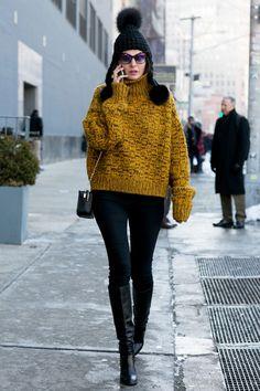 С чем носить теплый свитер: стритстайл фото удачных осенних образов | Vogue | Мода | STREETSTYLE | VOGUE