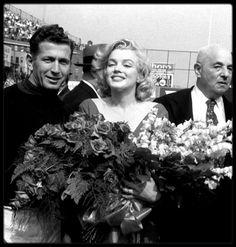 """12 Mai 1957 / (part II) Marilyn se voit offrir des fleurs après avoir donné le coup d'envoi d'un match de football opposant les Etats-Unis à Israël, à """"Ebbet's Field"""", New-York / ANECDOTE / Et puis ce 12 mai de la même année pour cette apparition inédite de Marilyn. En 1957, Marilyn ne travaille pas. « Bus Stop » est sorti l'année précédente durant son voyage en Angleterre pour le tournage de « The Prince and the Showgirl ». Ce dernier tournage a été extrêmement éprouvant, elle aspire à du…"""