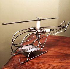 Helicóptero metal arte construida chatarra. Rotor principal está libre girar. Construido a la orden, se difieren ligeramente entre estructuras.