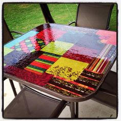 outdoor modge podge and some paper. put modge podge on underside of glass to stick the paper to then a top coat of the exterior modge podge. Bar Table And Stools, Diy Table Top, Patio Table, A Table, Bar Stool, Picnic Table, Furniture Projects, Diy Furniture, Craft Projects