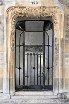 Entrée de l'immeuble art nouveau conçu par Hector Guimard au 122 avenue Mozart à Paris pour lui servir de demeure et de bureau d'études. | Jean-Pierre Dalbéra - Flickr