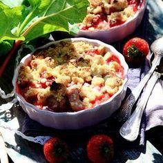 Rabarbersmul med jordgubbar och vit choklad Deserts, Breakfast, Journal, Food, Breakfast Cafe, Desserts, Meal, Journal Entries, Hoods