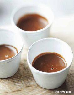 Recette Chocolat chaud épais aux épices : Hachez les chocolats, déposez-les dans un saladier. Délayez le cacao en poudre et la Maïzena avec 2 c. à soupe d...