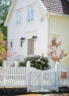farmhouse and picket fence